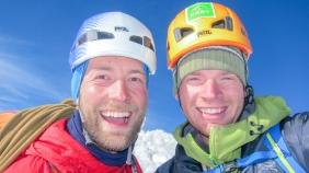 1 blije en 1 moeie klimmer op de top van de Walker Spur, Grandes Jorasses
