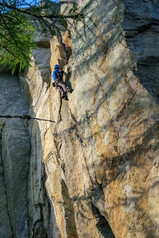 Niek de Jonge klimt de mooie vuistcrack Un Gancio Per Due Sorelle right. (6c+)